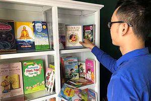 Nhà sách Tiền Phong Thái Nguyên tặng tủ sách cho huyện Định Hóa
