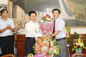 Phó Bí thư Thường trực Tỉnh ủy chúc mừng các nhà giáo tiêu biểu ở thành phố Vinh