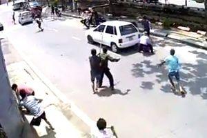 Clip 20 tên giang hồ đi xiết nợ bị người dân đuổi đánh, đập ô tô phải bỏ chạy
