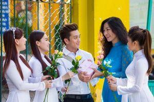 Ngày 20/11: Giáo viên, hoa tươi và phong bì…