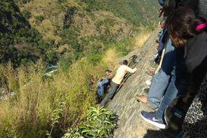 Xe buýt lao xuống vách núi, 27 người thương vong