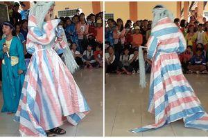 Góc văn nghệ mừng 20/11: 'Chết cười' với cảnh học sinh nghèo đem cả phông bạt lên sân khấu để diễn vai ông Bụt