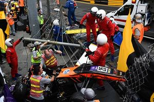 Đứng tim khoảnh khắc xe đua bay lên không trung trong vụ tai nạn kinh hoàng