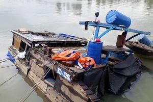 Trục vớt xong 26 tấn axit bị chìm dưới sông Đồng Nai