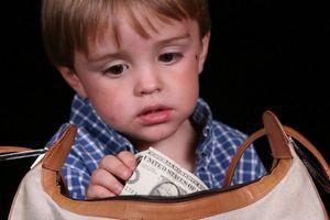 Dạy sao cho bé từ bỏ thói ăn cắp vặt?
