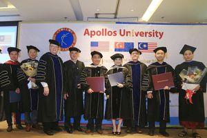 New Straits Times đưa tin Đại học Apollos trao bằng giáo sư, tiến sĩ danh dự cho vợ chồng ông Huỳnh Uy Dũng