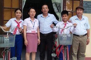 Người thầy giáo trích tiền lương mua xe đạp tặng học trò nghèo
