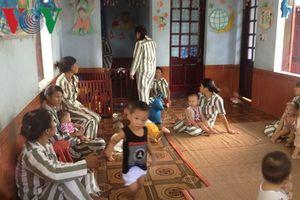 Có nên cho trẻ em dưới 36 tháng tuổi sống cùng bố mẹ trong trại giam?