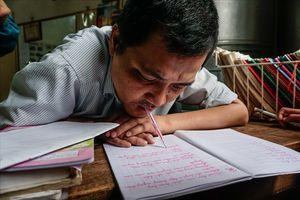 Thầy giáo khổ luyện viết bằng miệng, dạy chữ cho học trò nghèo