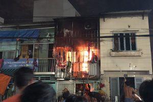 Hai bà cháu mở cửa chạy thoát thân khỏi căn nhà bốc cháy dữ dội ở Sài Gòn