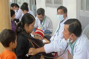 Bác sĩ lặn lội vùng sâu khám bệnh cho dân nghèo