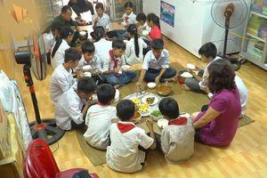 Cô giáo Ninh Bình tình nguyện nấu cơm cho học sinh suốt 4 năm