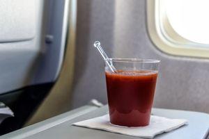 Tại sao nhiều người thích uống nước ép cà chua trên máy bay?