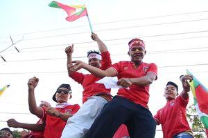 Không khí lễ hội của CĐV Myanmar và Việt Nam trước trận đấu