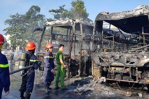 Hai xe khách đậu trong bến bốc cháy