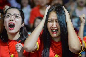 Cổ động viên tiếc nuối vì bàn thắng hụt của Văn Toàn