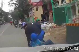 Hai mẹ con may mắn thoát chết khi té ngay trước đầu ôtô