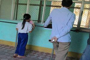 Băn khoăn quy định trẻ ở cùng bố mẹ trong tù