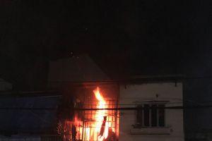 Căn nhà bốc cháy dữ dội trong đêm ở quận Phú Nhuận