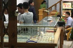 Nam thanh niên dùng búa đập tủ kính, cướp tiệm vàng ở Quảng Nam