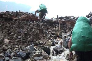 Những thầy giáo cõng 2 tấn lương thực vượt núi và nỗi đau xé lòng của cô giáo mất con