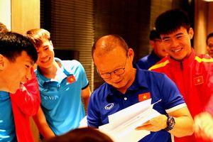 Các tuyển thủ ĐT Việt Nam vẽ tranh tặng thầy Park nhân ngày 20/11