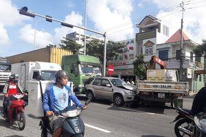 Tai nạn liên hoàn, 3 ô tô dính chùm, giao thông ùn tắc
