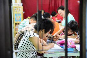 Cô giáo 'tay ngang' xóa mù chữ cho hàng chục trẻ bụi đời ở TP.HCM