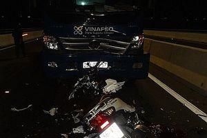 Chạy xe ngược chiều trên cầu, 2 cô gái bị xe tải tông tử vong