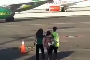 Lỡ chuyến bay, nữ hành khách lao ra đường băng đuổi theo phi cơ