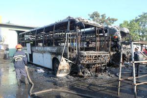 2 xe khách cháy trơ khung, nhiều người bỏ chạy