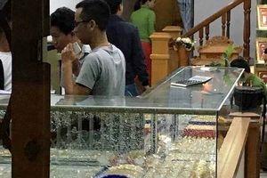 Nam thanh niên bịt khẩu trang, xông vào đập kính cướp tiệm vàng ở Quảng Nam