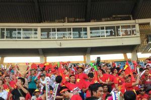 AFF CUP 2018: Giữa 'tâm bão' Myanmar, CĐV Việt Nam nhuộm đỏ khán đài cổ vũ đội tuyển Việt Nam