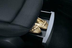 Phụ nữ cần 'ly dị' giày cao gót khi lái ô tô