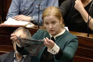 Phiên tòa dùng quần lót làm bằng chứng bênh vực kẻ cưỡng hiếp gây tranh cãi