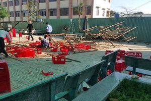Sập giàn giáo tổ chức lễ 20/11, nhiều học sinh bị thương