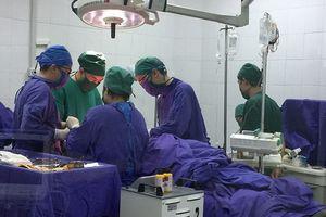 Khởi động quy trình 'Báo động đỏ' cứu 2 người shock mất máu vì bị dao đâm thấu ngực