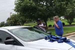 Thấy cô giáo vất vả đi xe buýt dạy con mình, bà mẹ tặng nguyên cả chiếc ô tô mới tinh