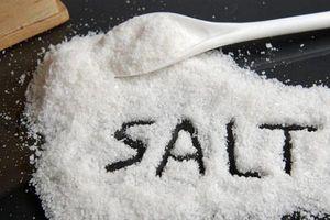 Hãy cho muối ăn vào bình sứ bẩn, điều xảy ra sẽ khiến bạn ngạc nhiên