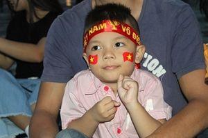 Người hâm mộ tập trung trước màn hình lớn theo dõi trận Việt Nam - Myanmar