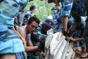 Hàng trăm chiến sĩ khuân đá, bới đất tìm kiếm nạn nhân mất tích sau sạt lở núi ở Nha Trang