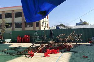 Hiện trường sập giàn giáo sân khấu lễ mít tinh 20/11 khiến 3 học sinh bị thương nặng
