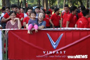 Clip: Hàng ngàn người đổ về công viên Thống Nhất, chờ đón lễ ra mắt xe VinFast