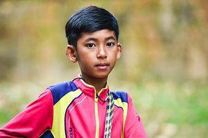 Cậu bé hàng rong Campuchia biết 16 ngôn ngữ 'đổi đời' sau khi lên mạng