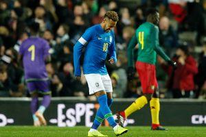 Neymar chấn thương nhưng Brazil vẫn vượt qua Cameroon
