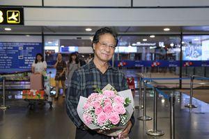 Bị đồn qua đời, Chế Linh khỏe mạnh hội ngộ Tuấn Vũ tại sân bay