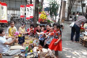 Buổi chợ… phòng chống bạo lực