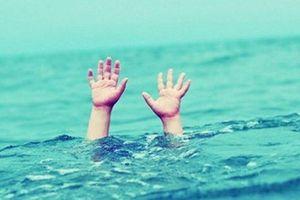 Đi chơi 20/11, học sinh lớp 7 bị cuốn trôi mất tích trên biển