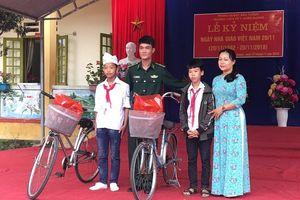 Chiến sĩ biên phòng tặng xe đạp cho học sinh nghèo vượt khó