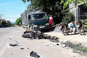 Ô tô tải phóng nhanh tông liên tiếp làm 3 người thương vong